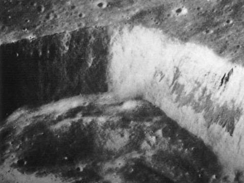 月面を掘ったような形跡