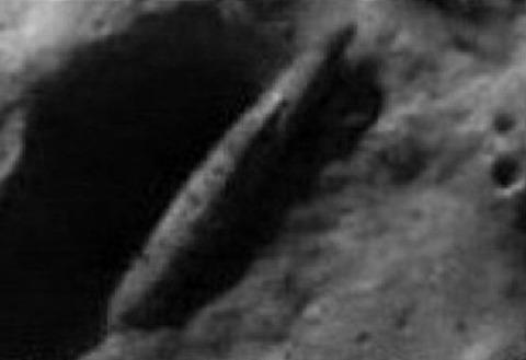 月面のUFO葉巻型